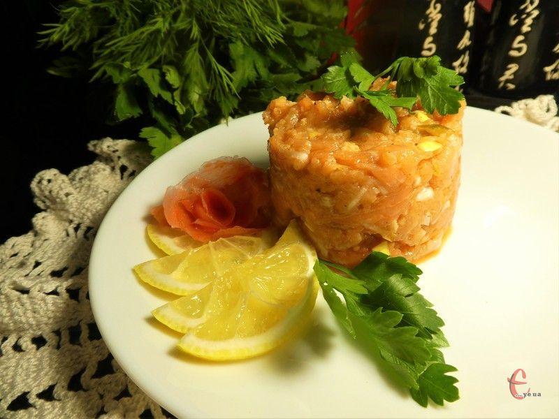 Домашній тартар з хребтів лосося нічим не поступатиметься аналогічній закусці, приготованій у ресторані.