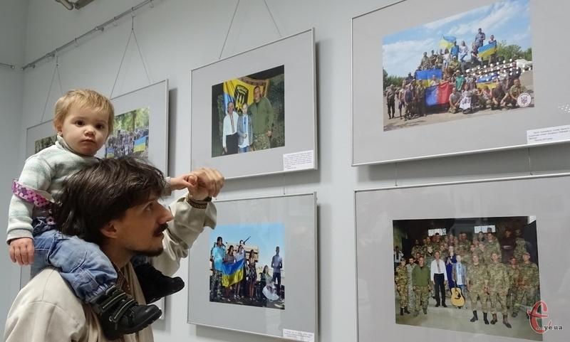 Хмельницькі волонтери на фото показали те, що об'єднує їх у житті