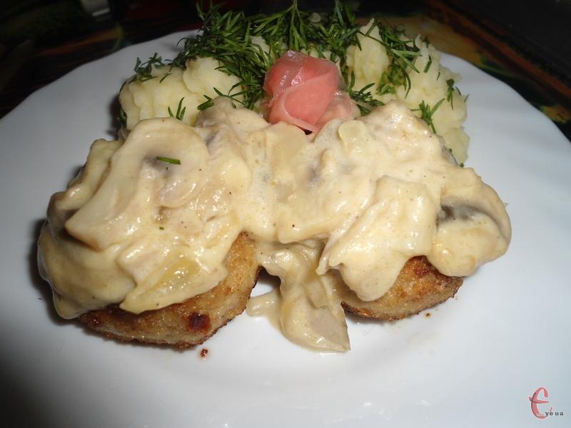 Найкраще тефтелі смакують із картопляним пюре.