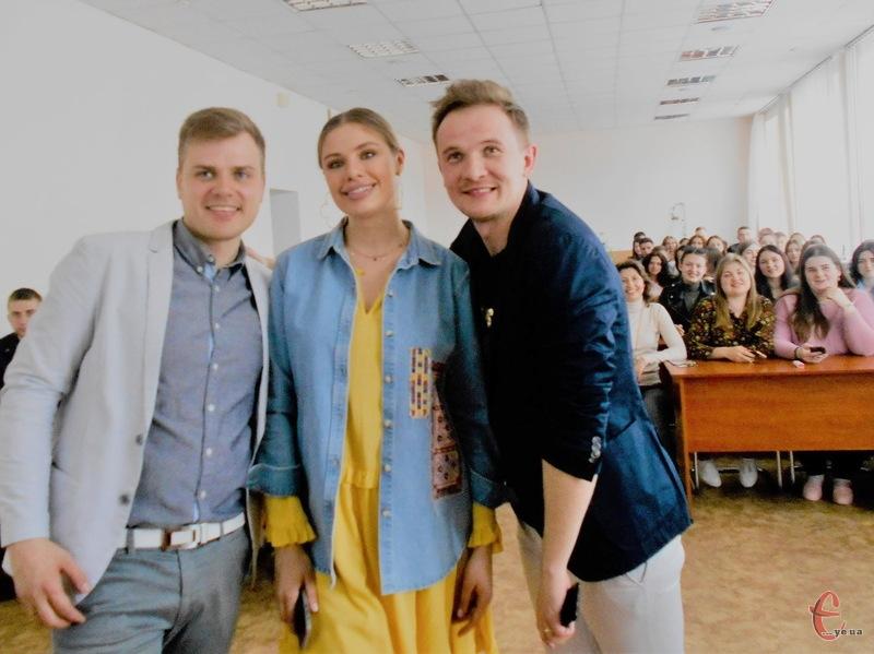 Фото на згадку: Довлатов (ліворуч), Терехова, Волошин та... студенти за партами