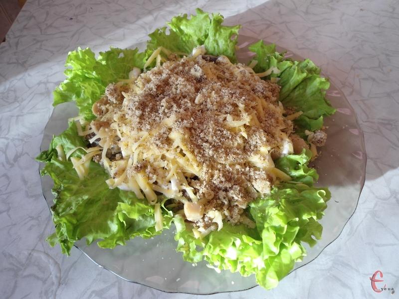 Смачний, з пікантною гірчично-горіховою ноткою, соковитий, і в той же час ситний салатик