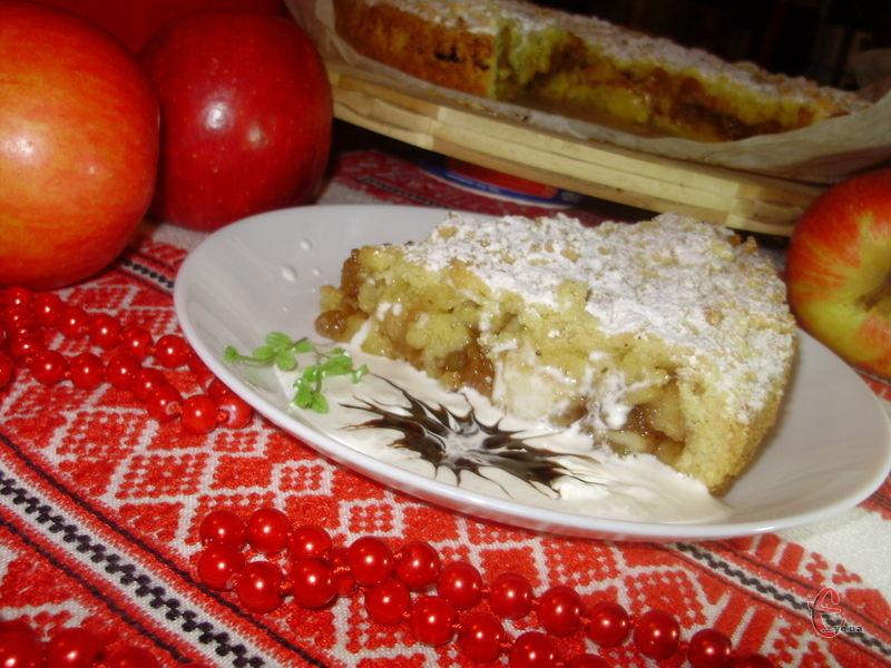 Саме такий тертий пиріжок моя матуся раніше завжди готувала на вхідні. Щоправда не з яблуками, а з варенням.