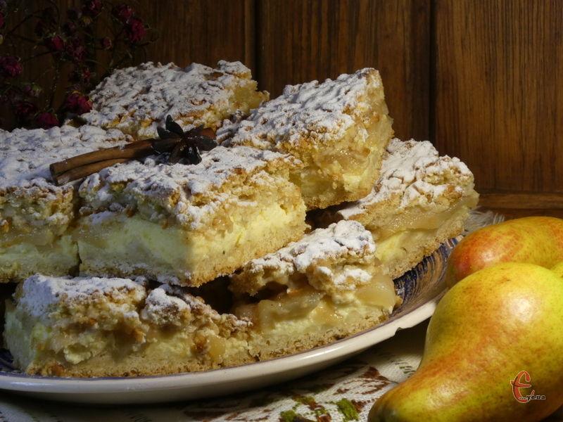 Цей десерт дивовижно гармонійний – соковиті карамельні груші ідеально поєдналися з ніжним сирно-вершковим кремом, а обрамлення у вигляді пісочної основи перетворило цей смаколик на справжній пиріг-торт!