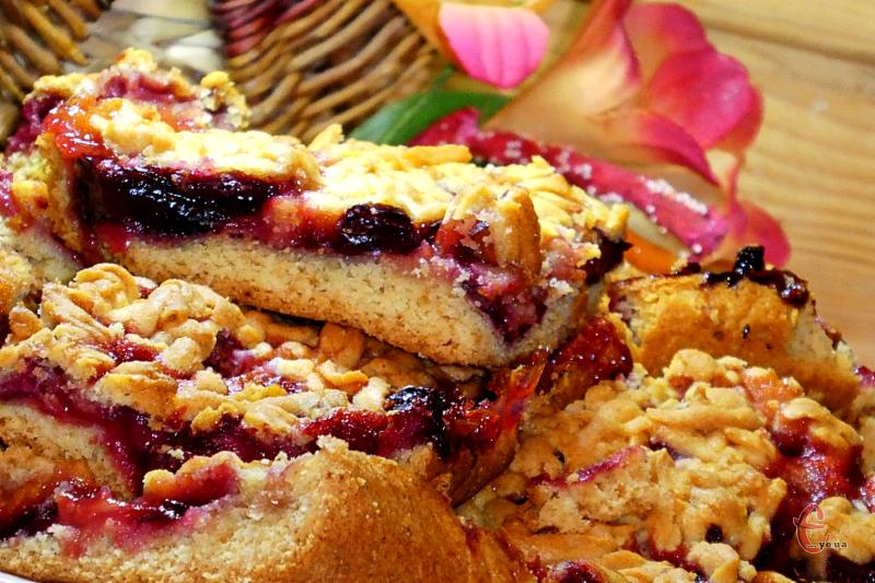 Пиріг просто неймовірний — соковита й ароматна начинка та рум'яна хрустка «шапочка».