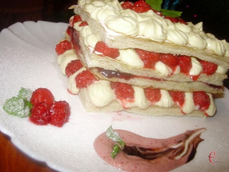 Нині традиційний французький мільфей – це тістечко, яке складається з трьох-чотирьох шарів листкового тіста й заварного крему.