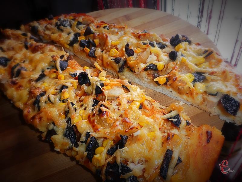 Просте в приготуванні, швидко підходить, «слухняне», легко розкачується і дуже-дуже смачне! Син сказав, щоб тепер я завжди готувала піцу за цим рецептом!