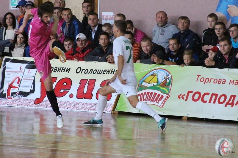 Олександр Педяш (у малиновій формі) оформив хет-трик у матчі з криворізьким Приватом