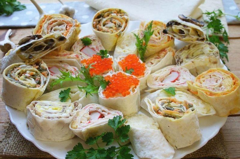 Тонкий лаваш - універсальний продукт, який використовується в приготуванні закусок, багатошарових пирогів, солодких та солоних рулетів і навіть десертів.