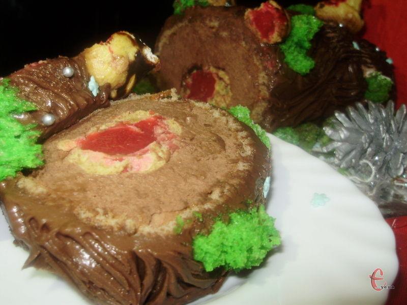 Найспритніші господині прагнуть досягнути максимальної схожості солодкого десерту з реальним різдвяним поліном: за допомогою масляного крему, ганашу або глазурі вони малюють кору, гілочки й щепу, а для барвистості додають різдвяні символи