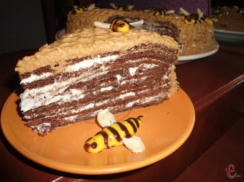 Цей шоколадний медовик я вважаю одним із кращих тортів у моїй скарбничці. В нього чудовий медово-вершковий аромат і смак.