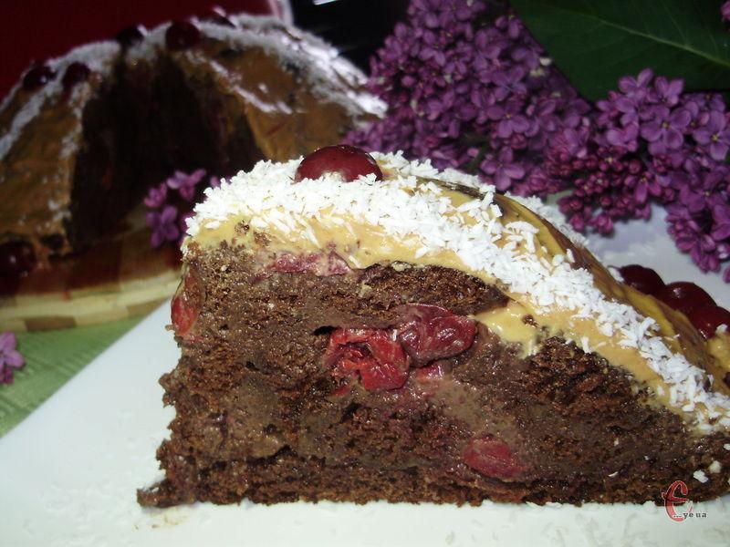 Шоколадно-медовий бісквіт, терпкуватий смак шоколадного заварного крему, вишня і коньяк – дивовижне поєднання!