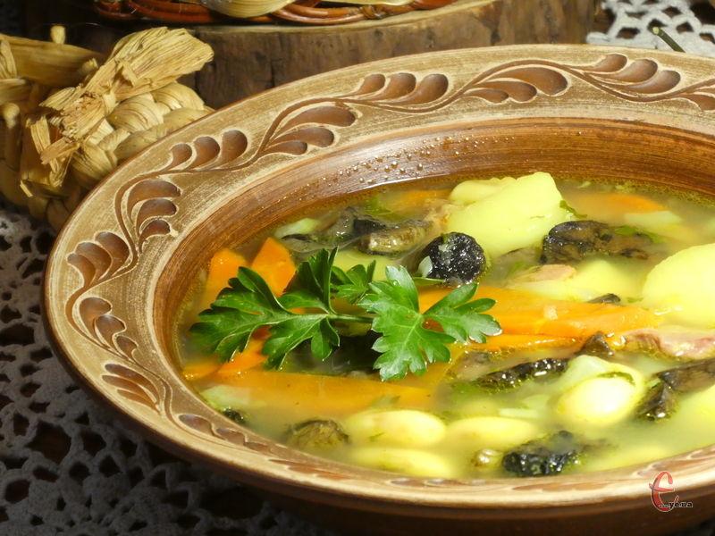 Zuppa di fagioli e funghi — насичена грибним і квасоляним смаком перша страва італійської кухні, яка готується швидко й легко.
