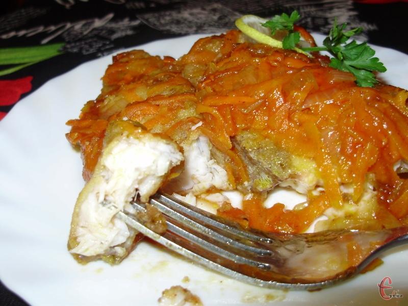Така рибка виходить ніжною й соковитою, а томатний соус вдало підкреслює її смак та «розчиняє» дрібні кісточки.