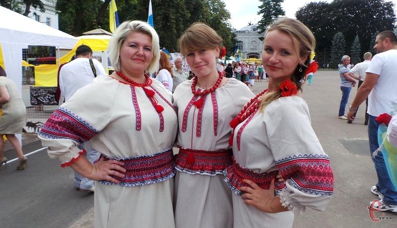 До Дня Прапора чимало хмельничан одяглися у традиційні вишиванки