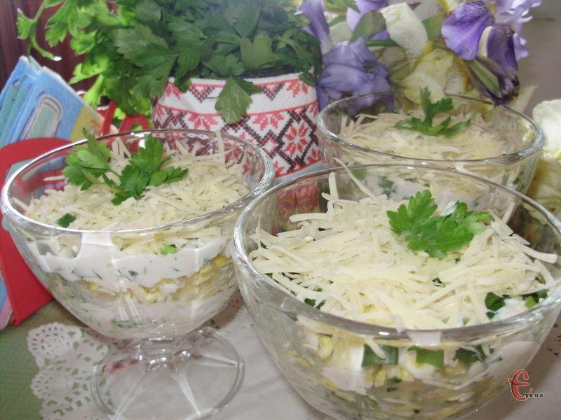 Всі складові тут натираються на мілкій тертці. Завдяки цьому салат виходить дуже свіжим, легким, ніжним й соковитим.