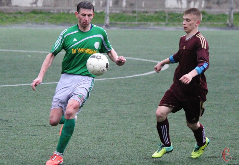 Олексій Колесников (у зеленій формі) не допоможе Поділлю в першому півфінальному матчі проти Збруча з Волочиська