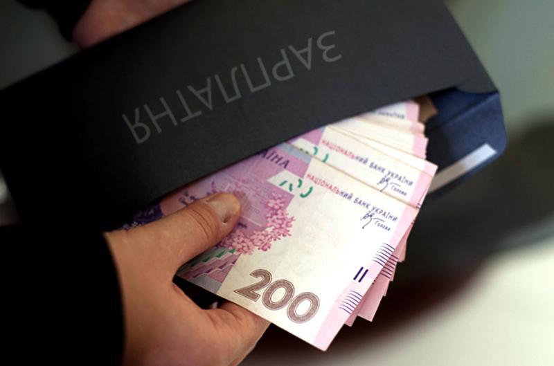Середньомісячна заробітна плата одного штатного працівника у червні поточного року по області становила 4305,4 гривень