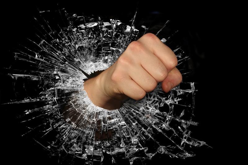 Обвинувачений розбив дерев'яною палкою сім скляних шибок