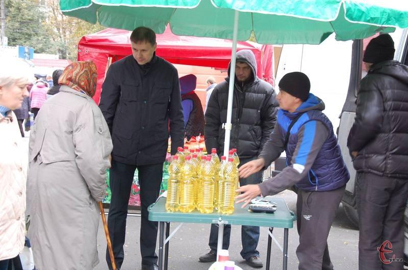 Олія на ярмарку була на кілька гривень дешевшою, ніж на ринку.