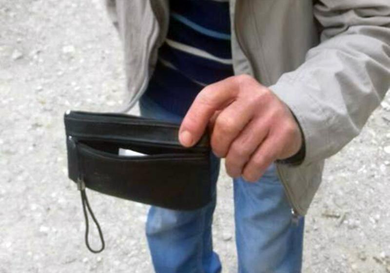 Чоловік віддав гроші і показав, куди викинув гаманець