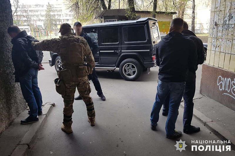 Правоохоронці затримали трьох чоловіків, які вчинили розбійний напад на підприємця у Славуті