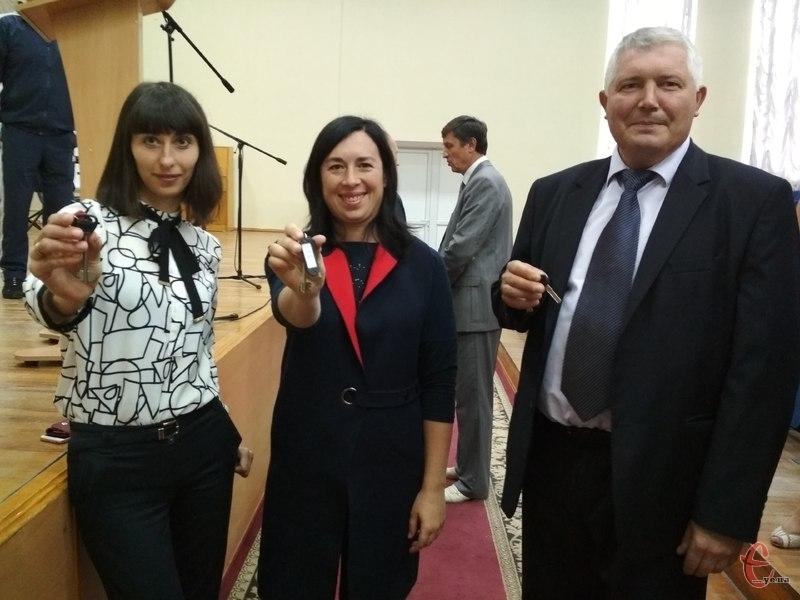 Викладачі ліцею Наталія Загородня, Оксана Шмигельська та Михайло Папушин (зліва направо) демонструють ключі від своїх квартир