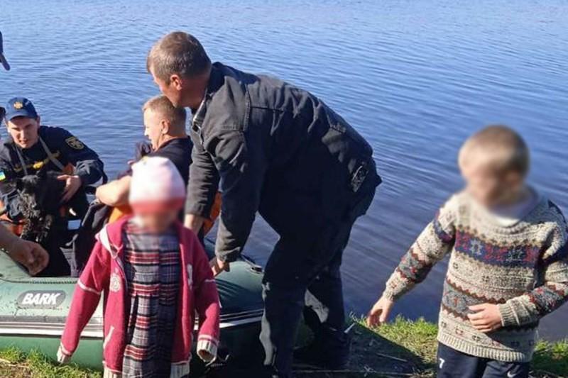 Дітей передали працівникам швидкої допомоги. У них зафіксували переохолодження