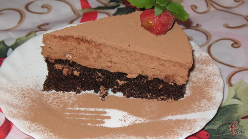 Торт можна подати з кулькою морозива, збитими вершками, ягодами тощо.