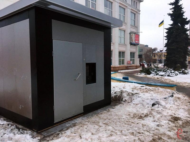 У центрі Хмельницькому встановили модульну вбиральню, на яку витратили 950 тисяч гривень