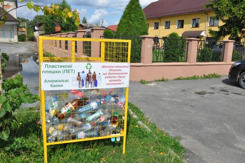 Місцевих жителів просять вкручувати пластик, щоб заповнювати контейнери щільно
