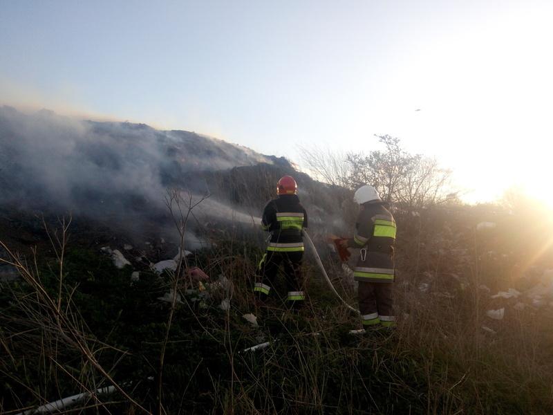 Шість пожежників гасили пожежу сміттєзвалища