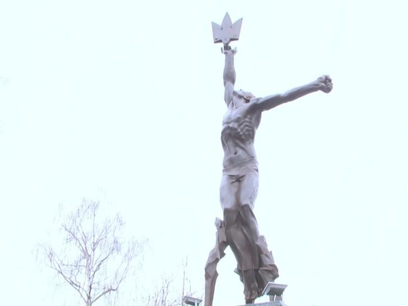 Скульптуру зробили зі сталі