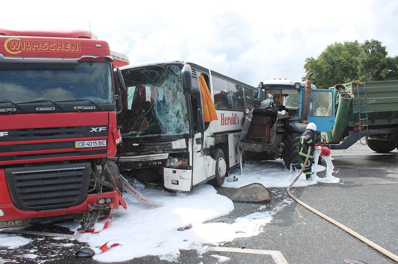 Сила удару була такою, що в автобуса зсунувся з місця мотор
