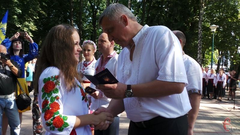 12 хмельничан отримали паспорти у День Незалежності
