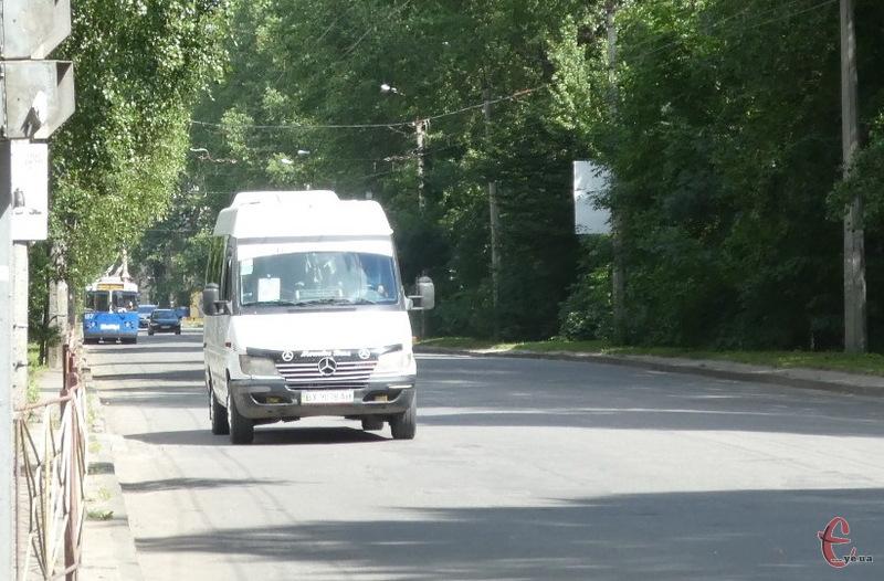 До кладовищ у День Проводів, курсуватимуть додаткові маршрутні автобуси.