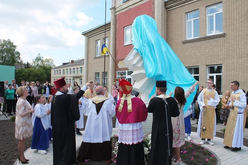 Скульптуру Матері Божої Діви Марії під час урочистого відкриття було освячено