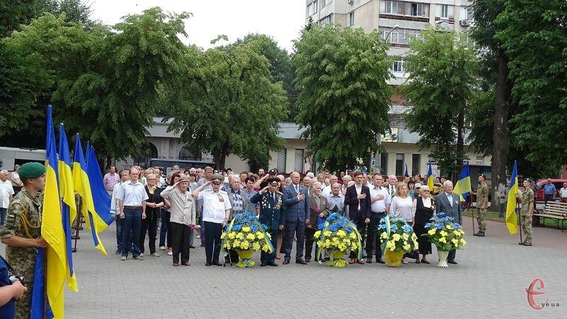 Громадськійсть поклала квіти та вінки до меморіалу