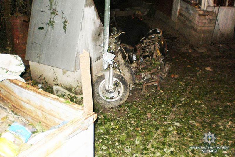 На Хмельниччині затримали чоловіка, який після сімейної сварки підірвав на власному подвір'ї тротилову шашку
