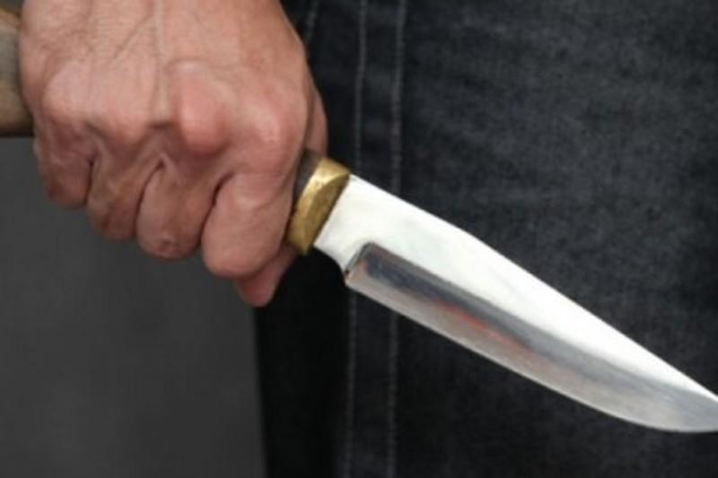 Батько схопив зі столу ножа та вдарив сина у живіт.