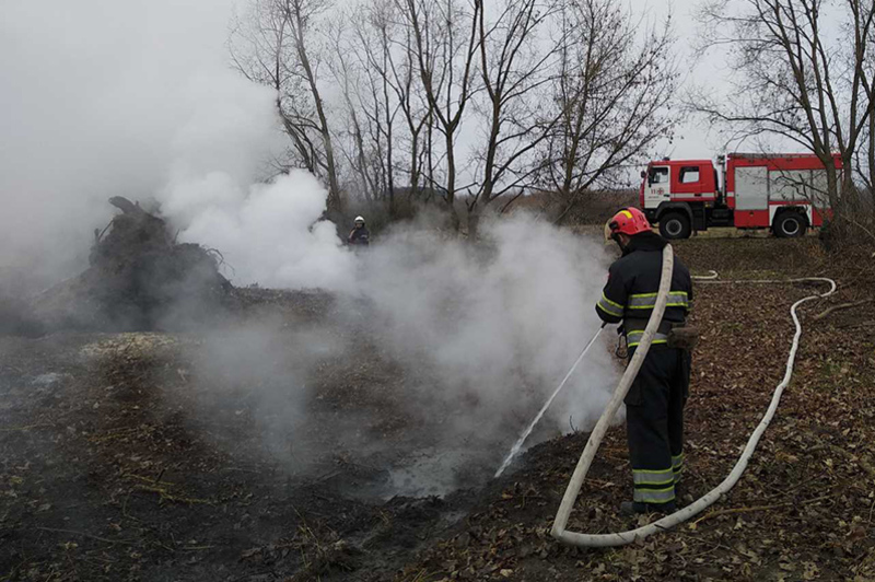 У Деражнянському районі вогнеборці ліквідували пожежу торфу