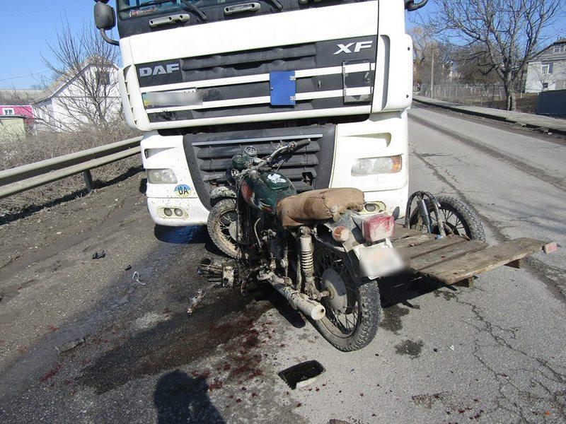 Мотоцикліст врізався у вантажівку