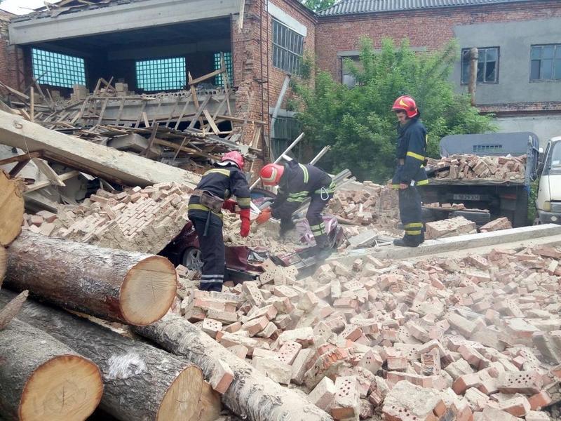 Внаслідок обвалу стіни на меблевій фабриці два автомобілі опинились під завалами