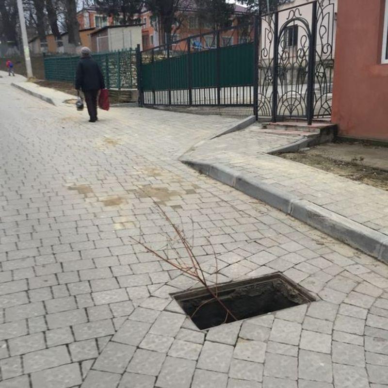 У Городку крадуть каналізаційні люки та решітки