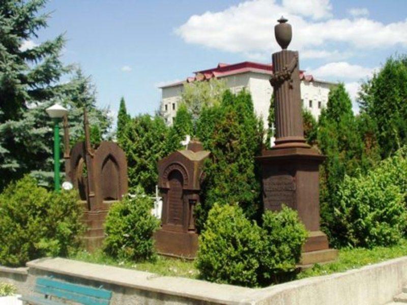 Могили магнатів Скибиневських на одному з трьох закритих кладовищ Городка.