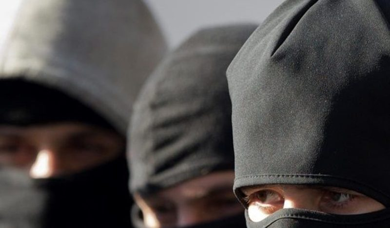 Чоловіки приховали обличчя під балаклавами та озброїлись двома пістолетам