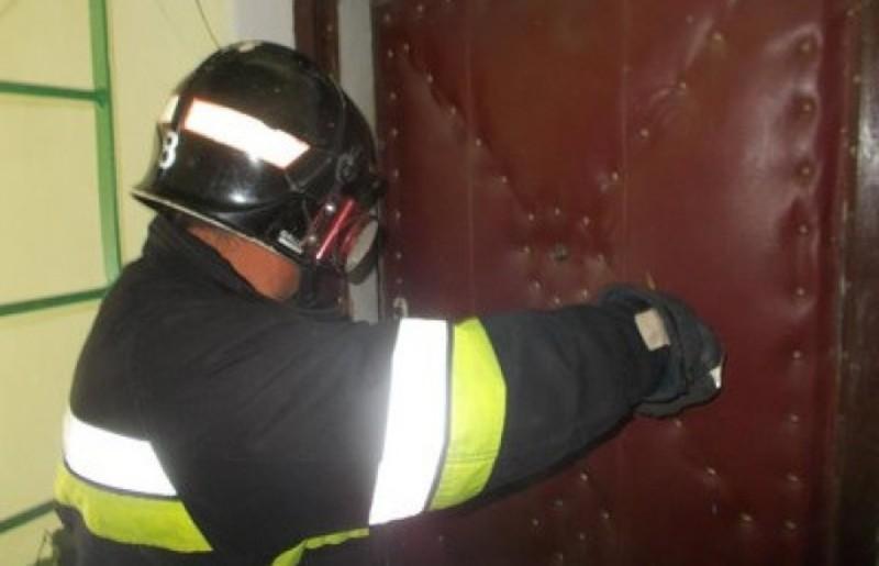 Рятувальникам довелося відчиняти двері за допомогою бензорізу