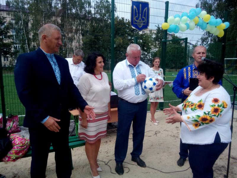 Міський голова Василь Підлісний подарував для музею м'яч із підписами усіх причетних до спорудження майданчика