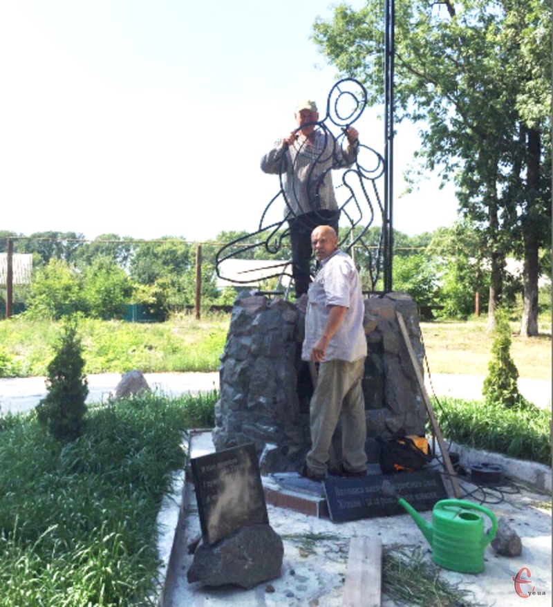 Над зведенням пам'ятника працювали активіста Городка.