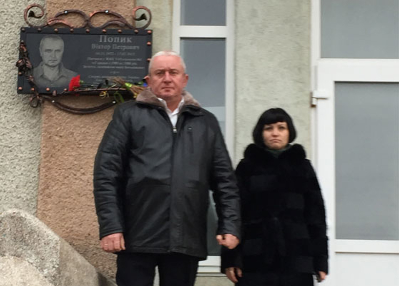 Пам'ять Героя хвилиною мовчання вшанували представники міської ради.