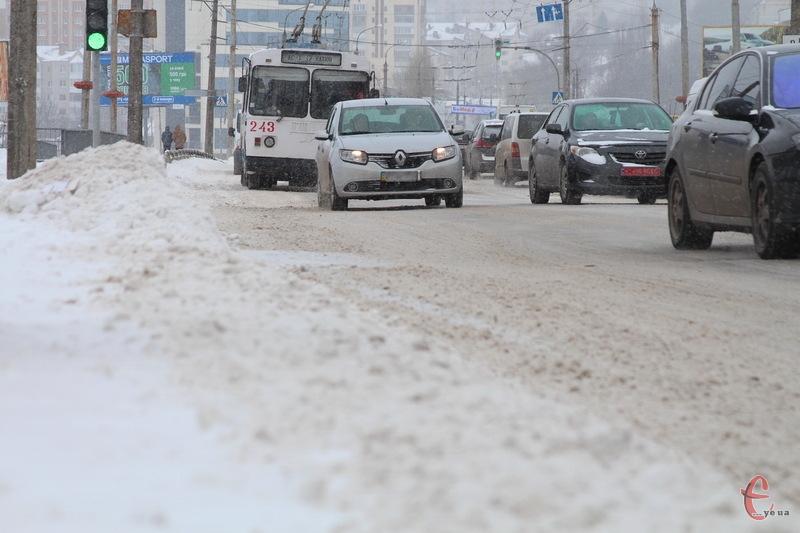 17 березня у Хмельницькому, попри календарну весну, знову зима...